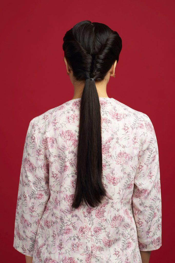 Wanita Asia dengna rambut double French twist ponytail.