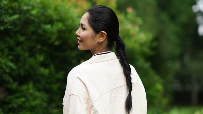 Wanita asia dengan rambut hitam panjang menggunakan gaya rambut double rope braid ponytail