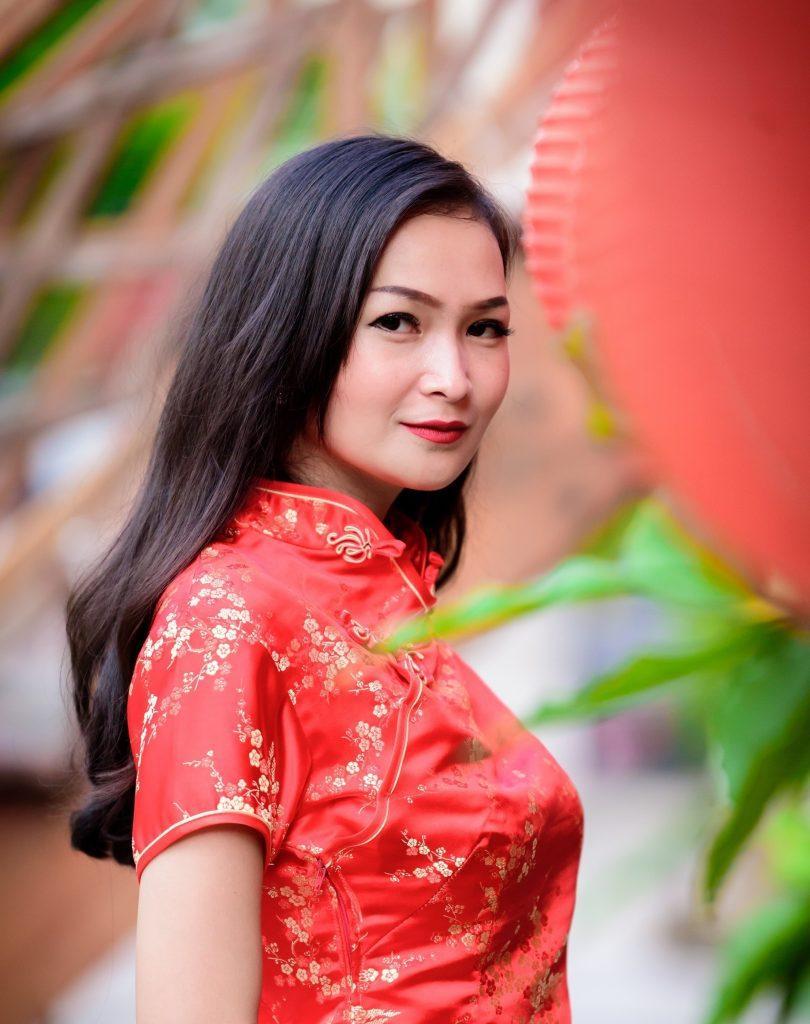 Wanita Asia dengan rambut panjang keriting gantung