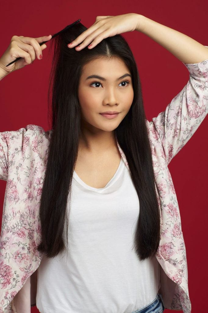 Wanita asia dengan rambut panjang hitam menyisir rambut hitam - double french twist ponytail