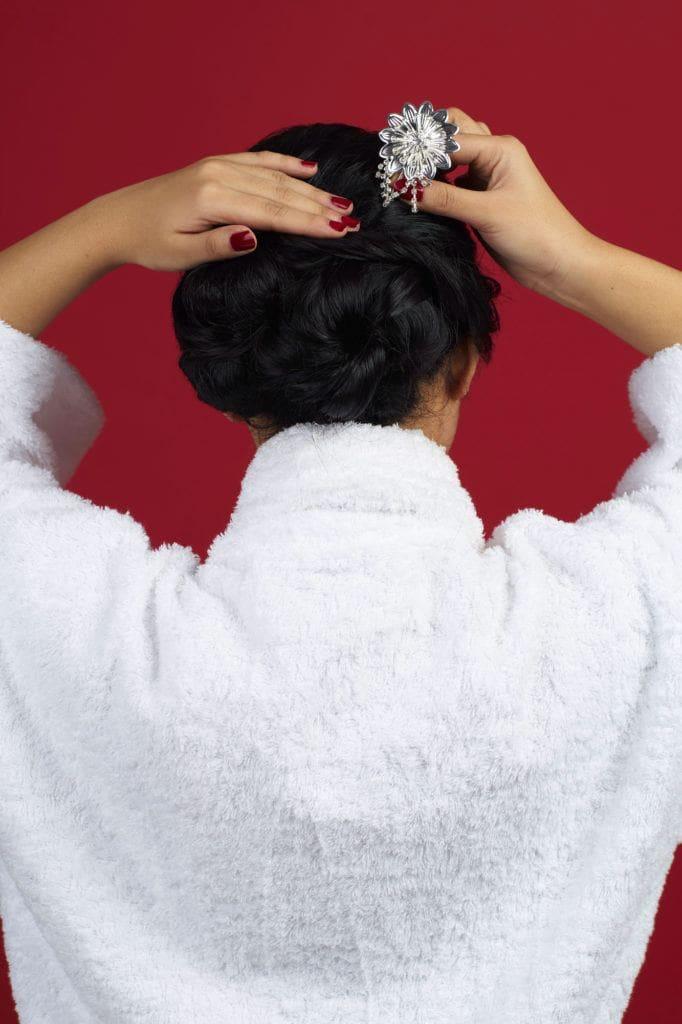 Wanita asia dengan rambut hitam panjang menata cepol - sanggul pengantin modern untuk wajah bulat