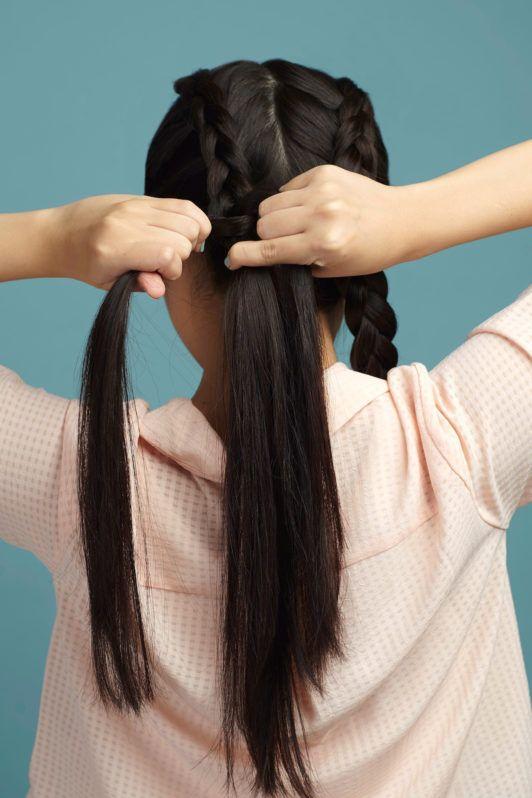 Wanita asia dengan rambut hitam panjang mengepang rambut - double dutch braid bun