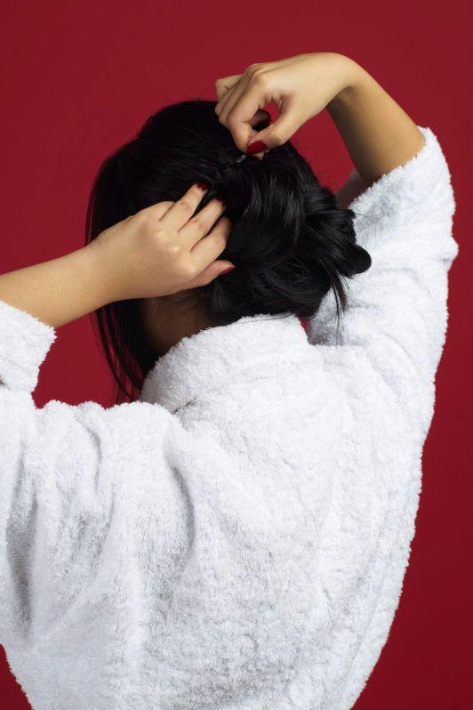 Wanita asia dengan rambut hitam panjang membentuk cepol rambut - sanggul pengantin modern untuk wajah bulat