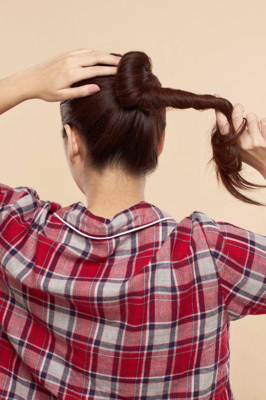 Wanita asia sedang membuat ponytail warna rambut merah - membuat ponytail