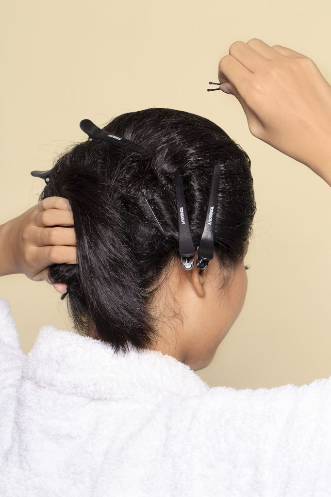 Wanita asia menyanggul rambutnya