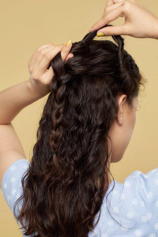 Wanita asia dengan rambut cokelat gelap mengepang jalinan rambut mermaid braid