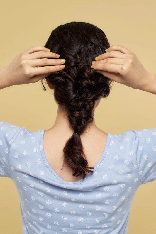 Wanita asia dengan rambut cokelat gaya mermaid braid melonggarkan kepang rambut