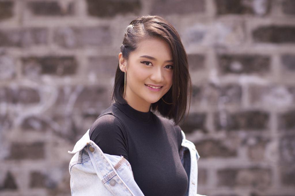 Model rambut asimetris bob braid pada wanita asia