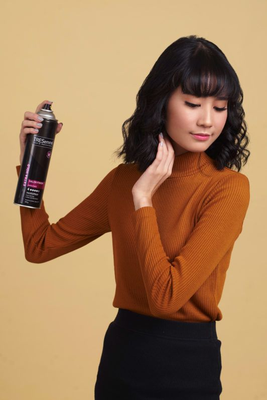step-5-cara-mengeriting-rambut-pendek-berponi-menyemprotkan-hairspray