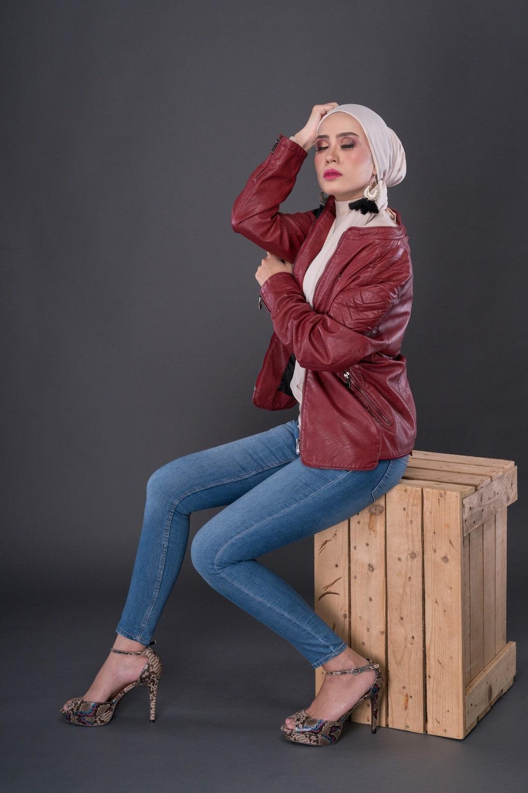 Casual hijab jeans dan leather jacket