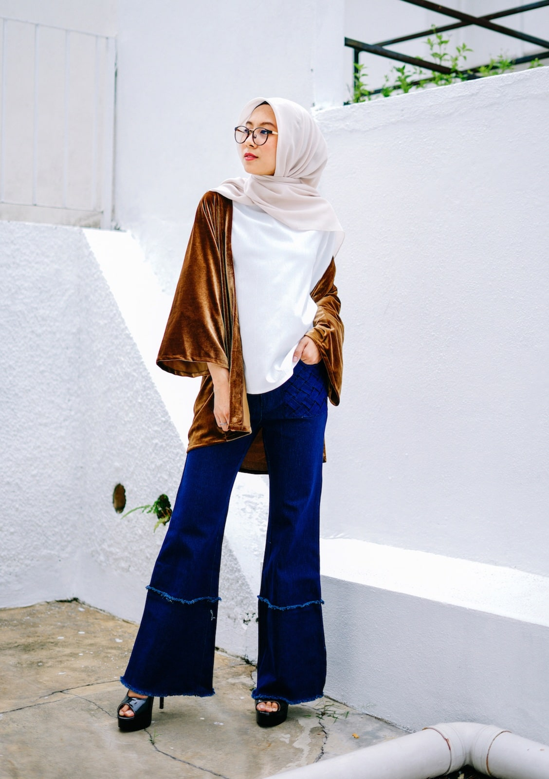 Casual hijab dengan celana flare dan hijab pastel