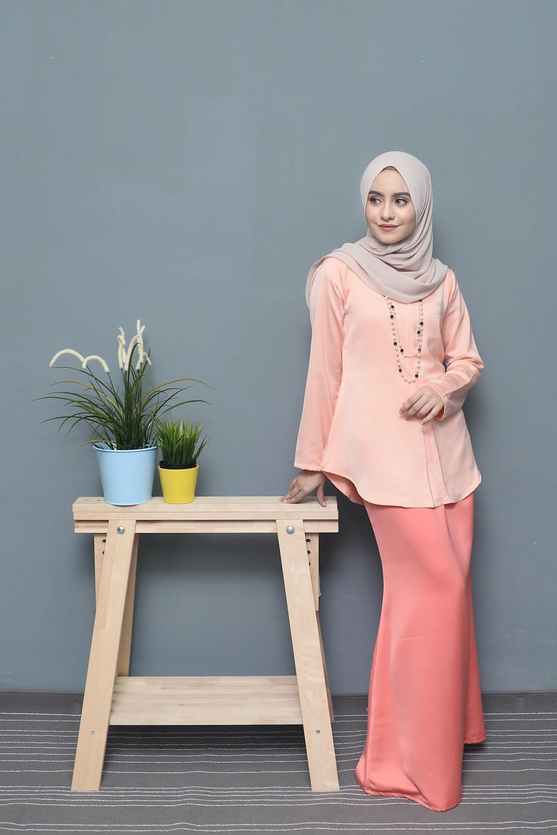 Casual hijab formal klasik dengan kalung