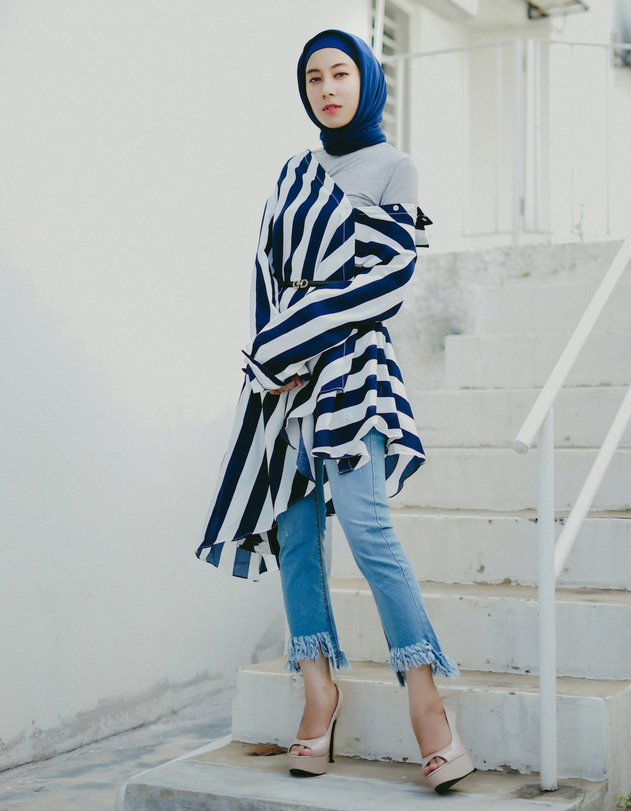 Casual hijab dengan outer bermotif