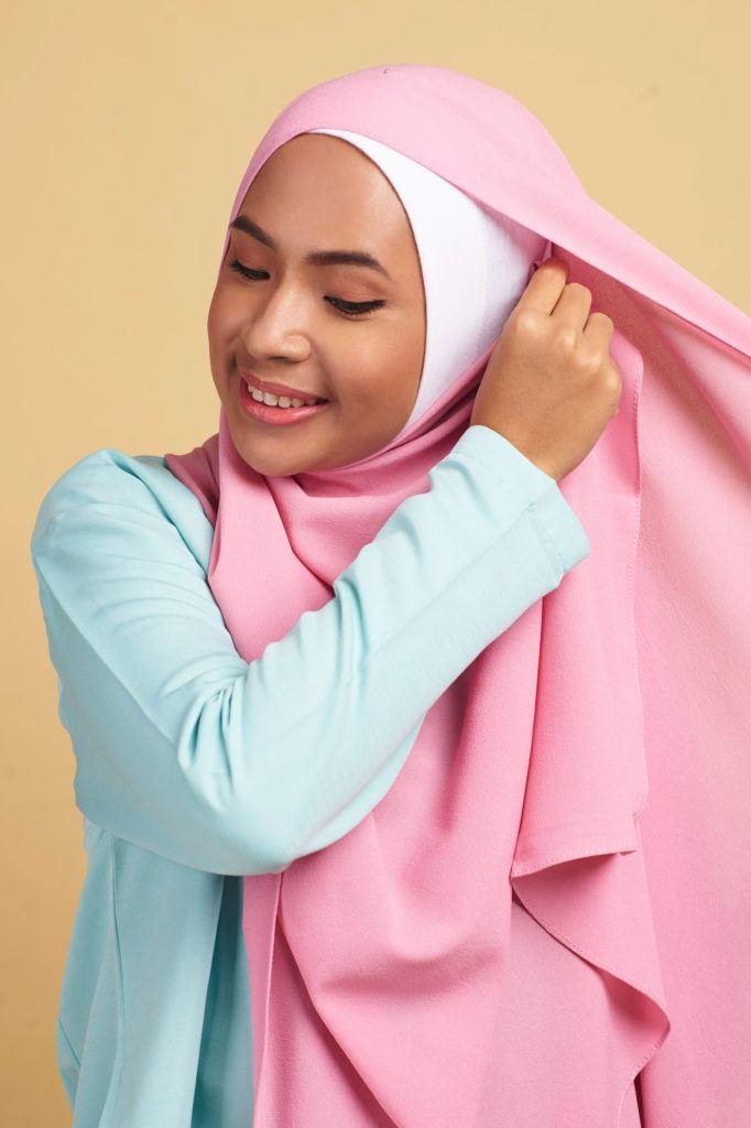 Hijab kebaya step 3 menata bagian samping hijab