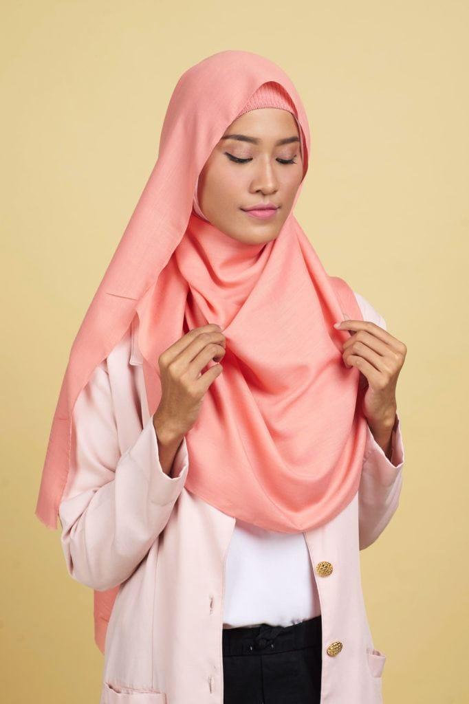 hijab-pashmina-step-4-menggunakan-pentul