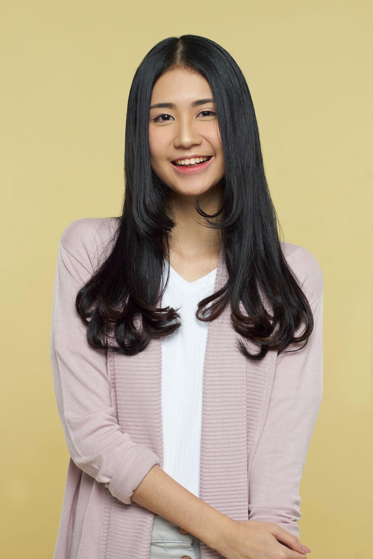 Wanita dengan rambut korea c curl