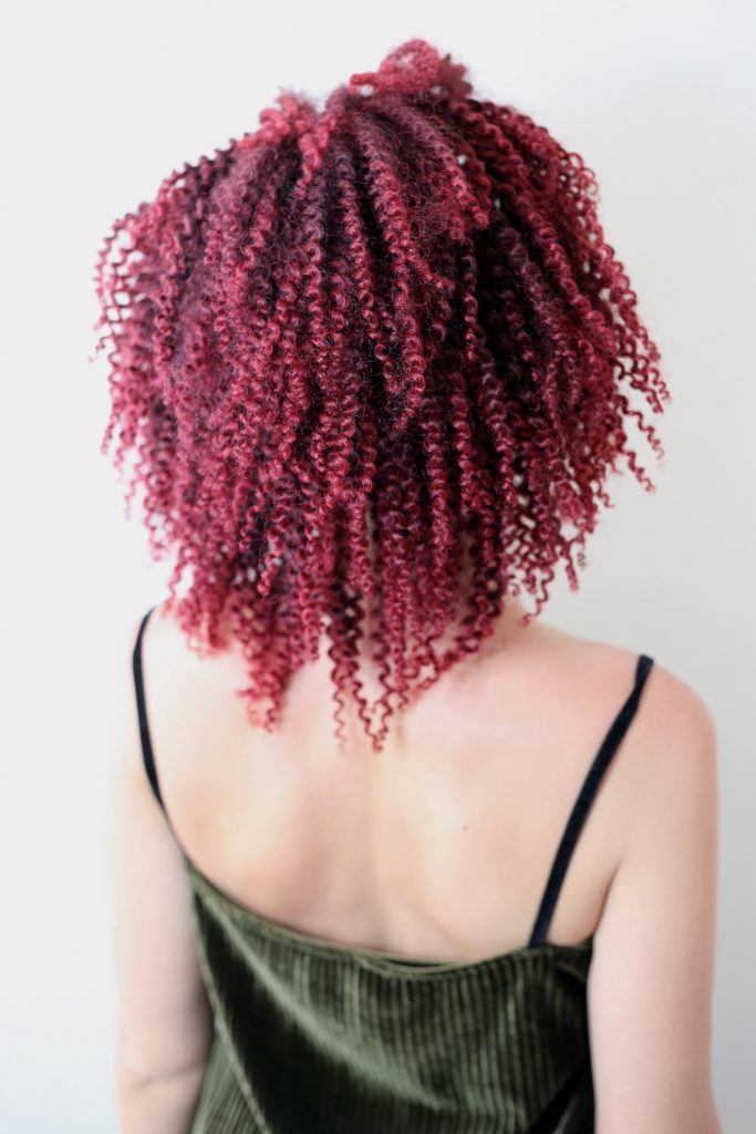Wanita dengan warna rambut ombre burgundy
