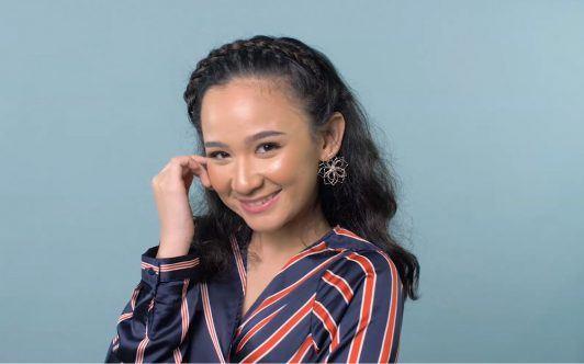 Wanita Asia memakai gaya crown braid untuk rambut keriting