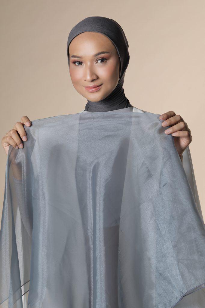 Wanita asia menata hijab formal dengan pashmina