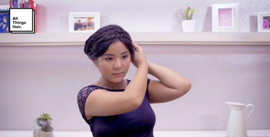 Wanita asia dengan rambut hitam membentuk crown braid