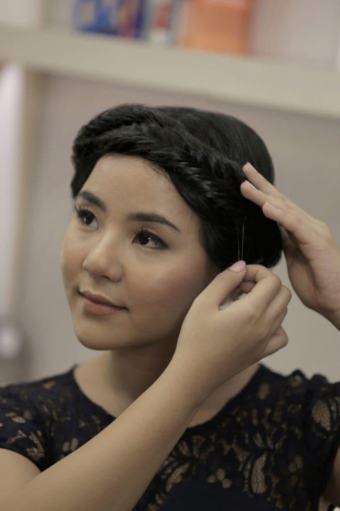 Wanita asia dengan gaya rambut fishtail braid menata fishtail braid crown