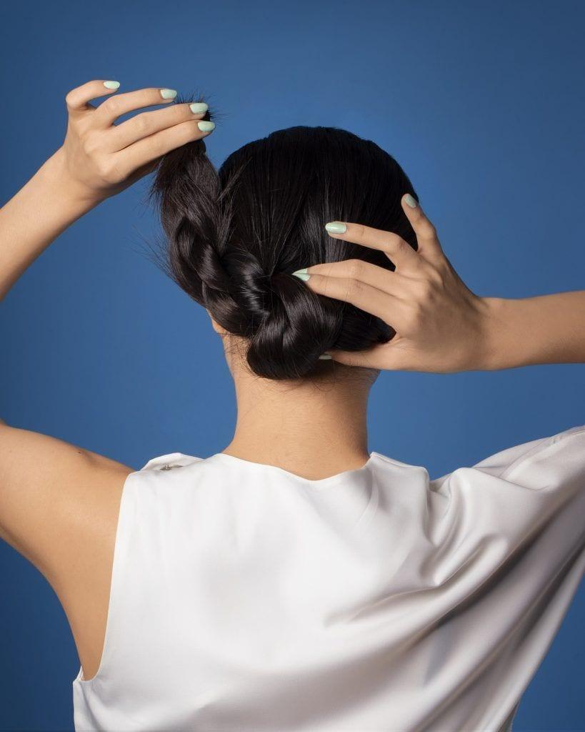 wanita asia dengan model rambut sanggul kepang lilit
