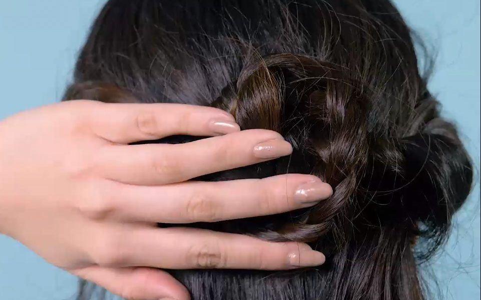 Wanita sedang melakukan styling rambut Hollywood wave gaya klasik