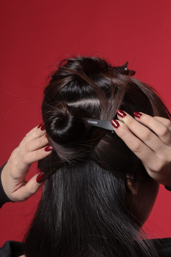 Wanita Asia menjepit rambutnya di bagian belakang