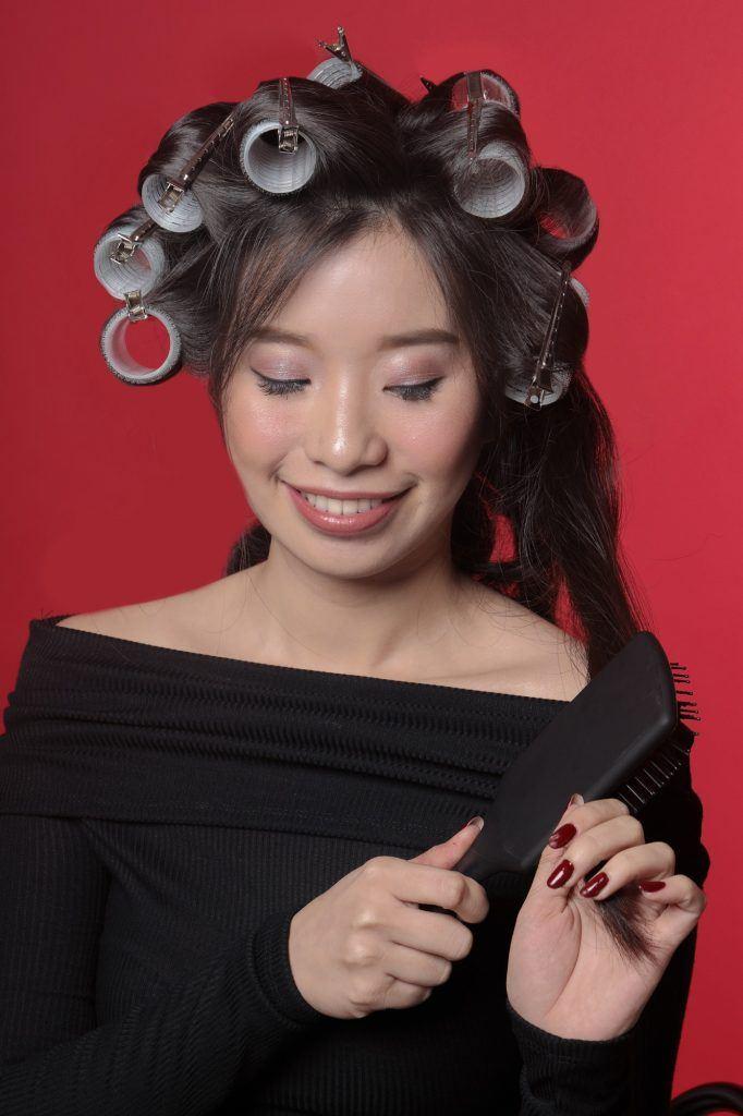 Wanita Asia membuka roll rambut