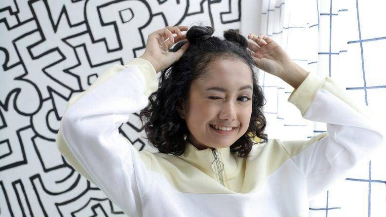wanita-asia-berambut-keriting-dengan-gaya-rambut-half-space-buns-782x439.jpg