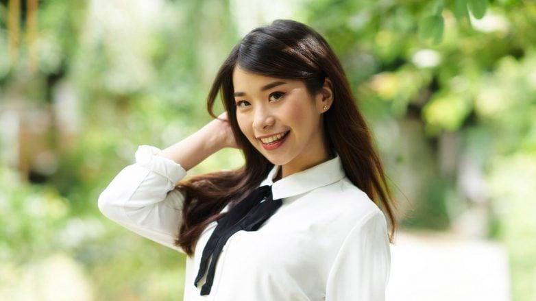 wanita asia dengan rambut lurus bervolume