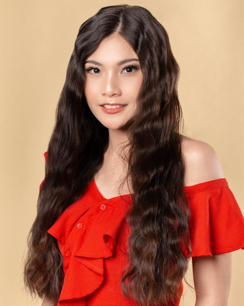 wanita asia dengan rambut panjang dikeriting