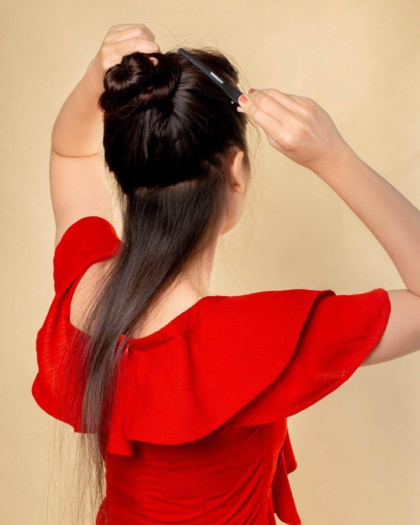 wanita asia sedang membagi rambut untuk dikeriting
