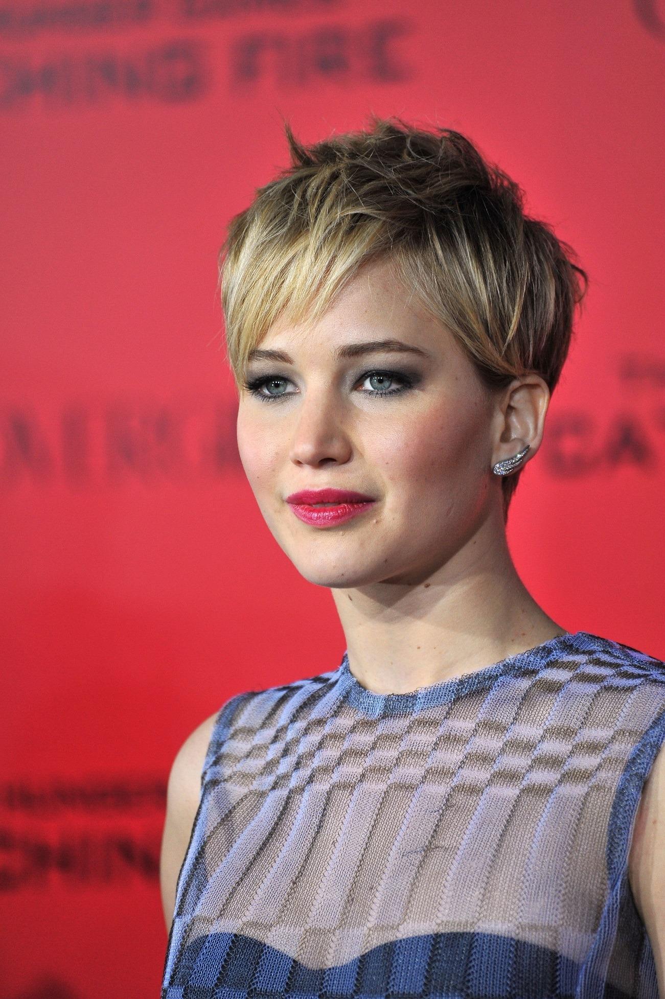 Jennifer Lawrence dengan mode rambut pixie cut untuk wanita karier