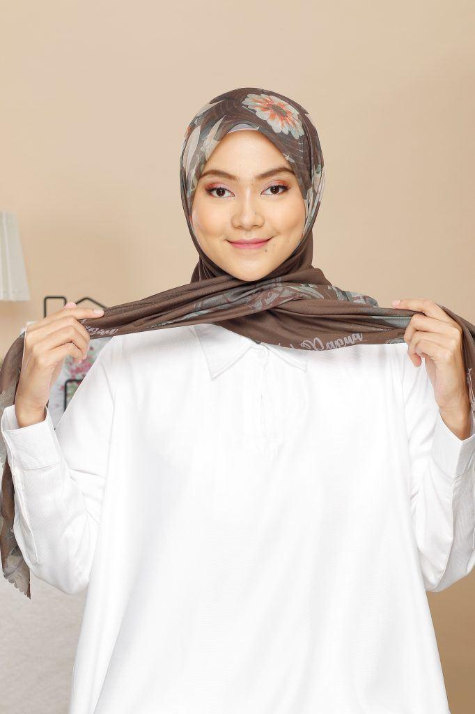 wanita asia mengenakan hijab