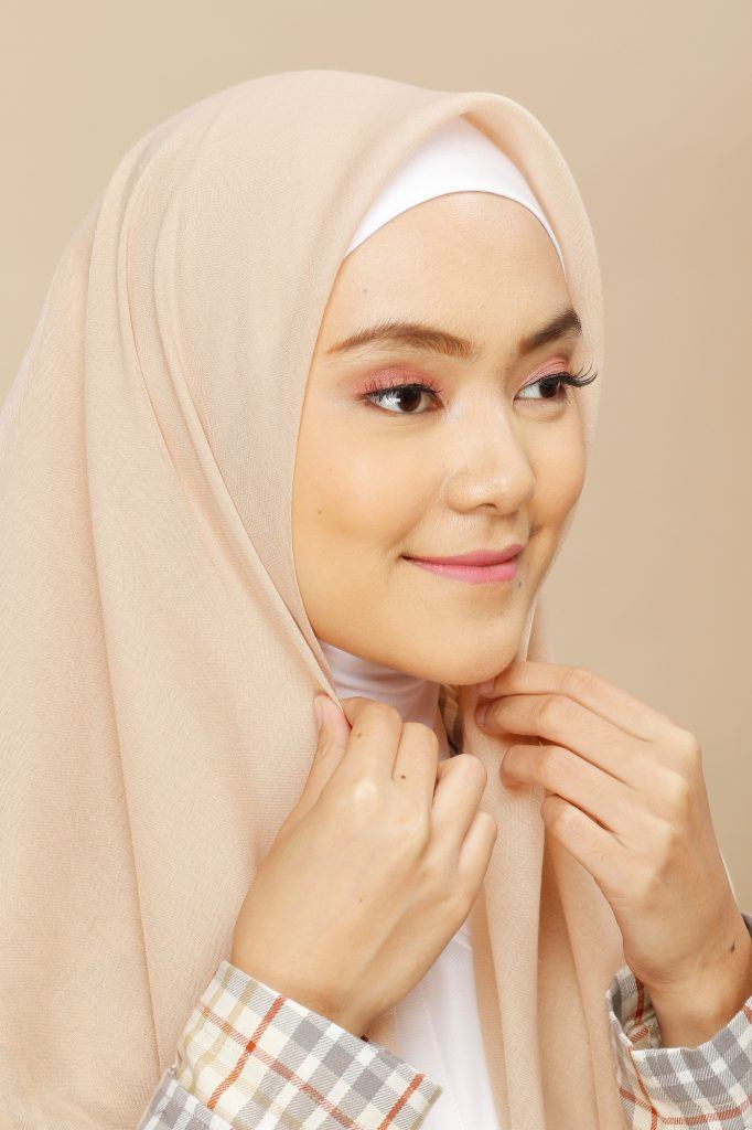 wanita asia sedang mengenakan hijab