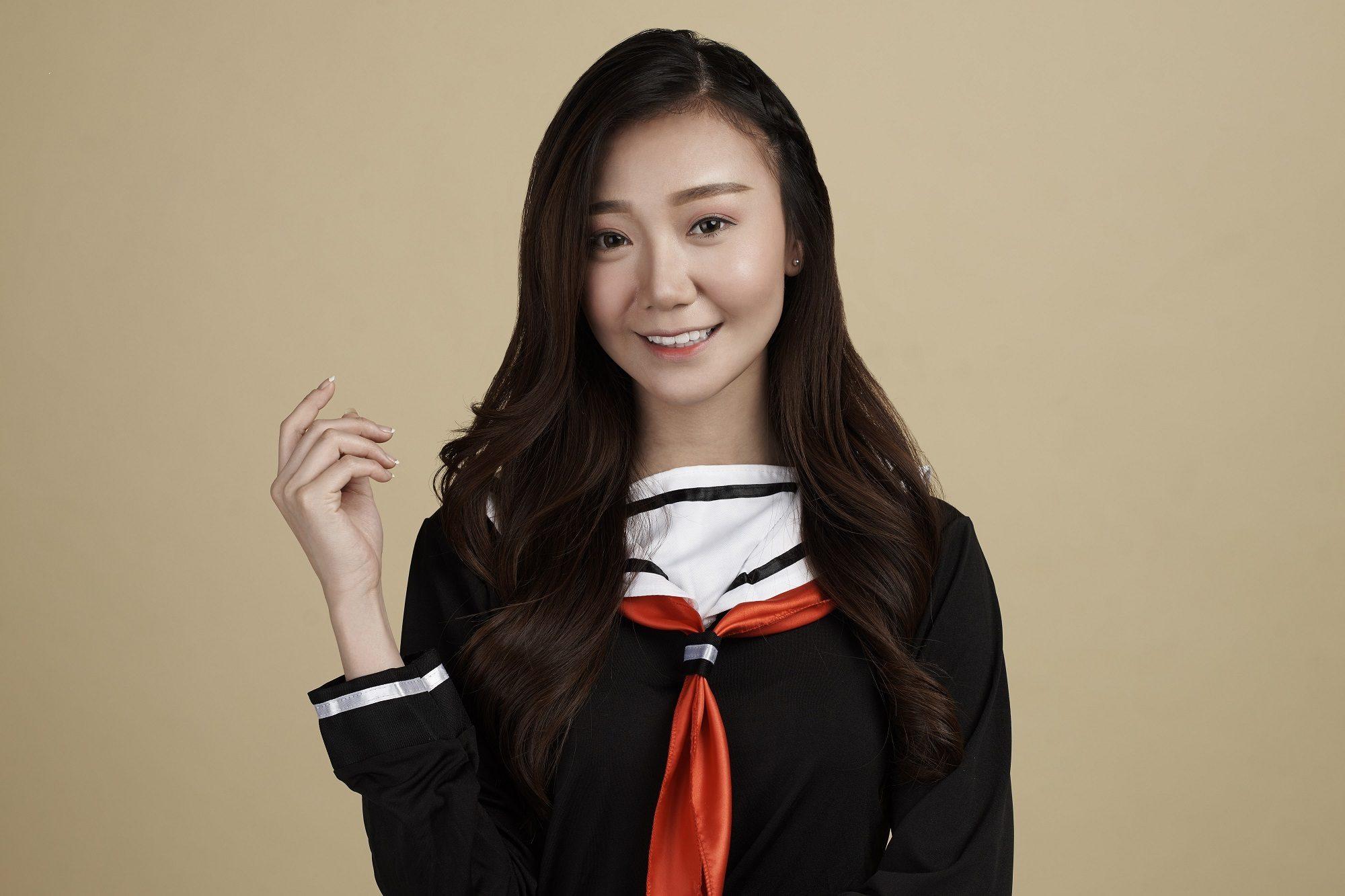 Wanita asia dengan model rambut kepang side line braid
