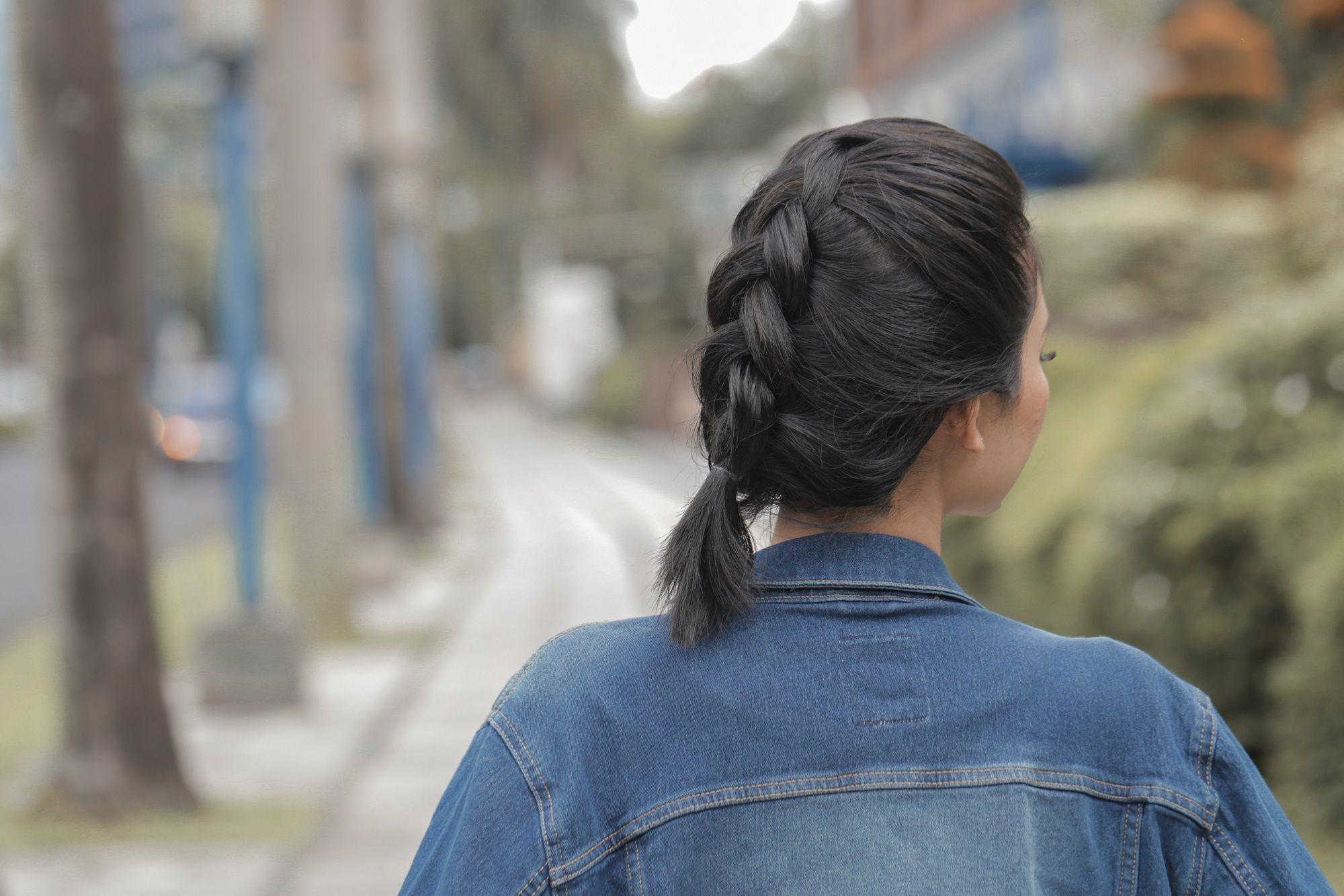 gaya rambut untuk wajah berjerawat Chunk Dutch Braid