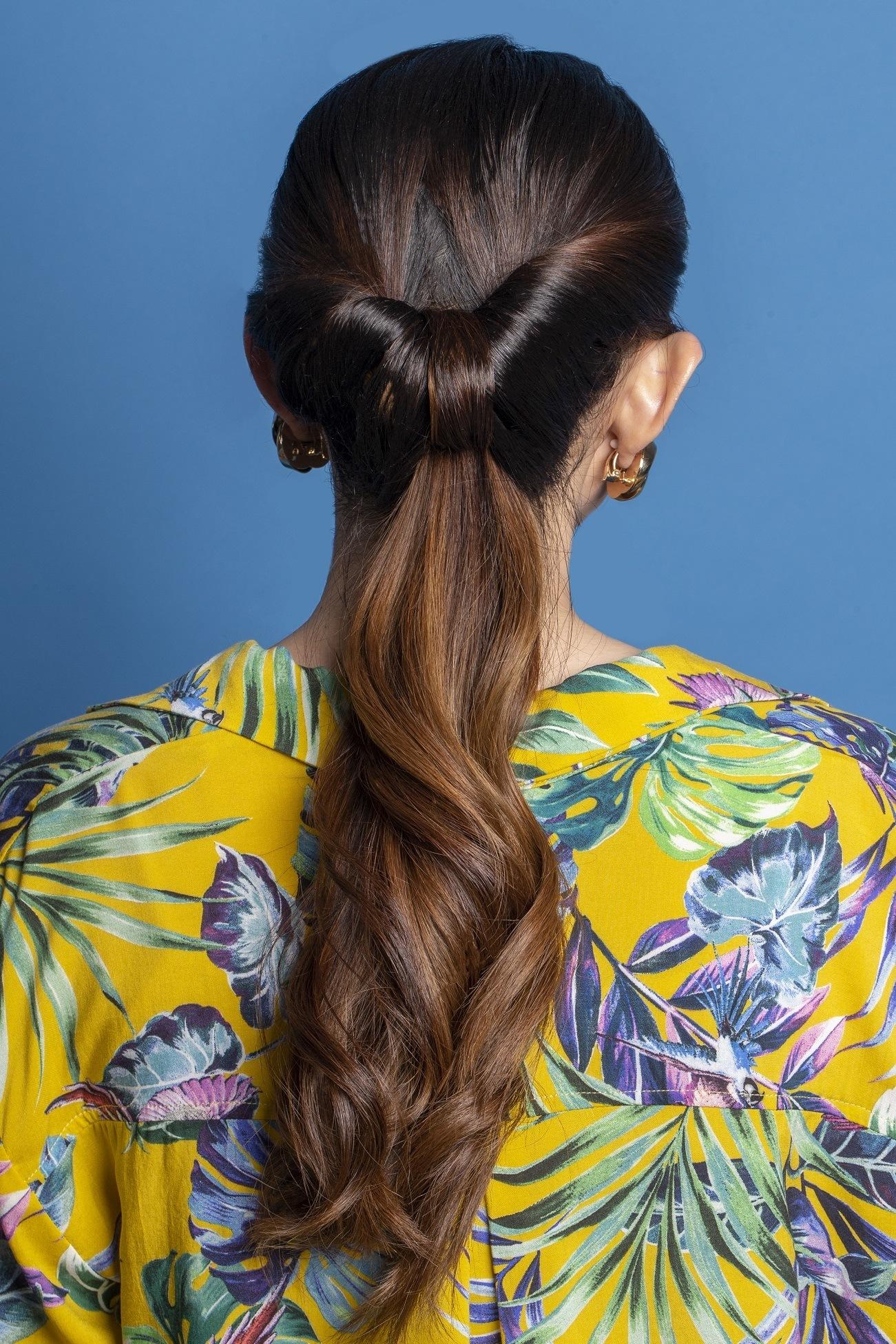 looped in ponytail untuk wajah berjerawat