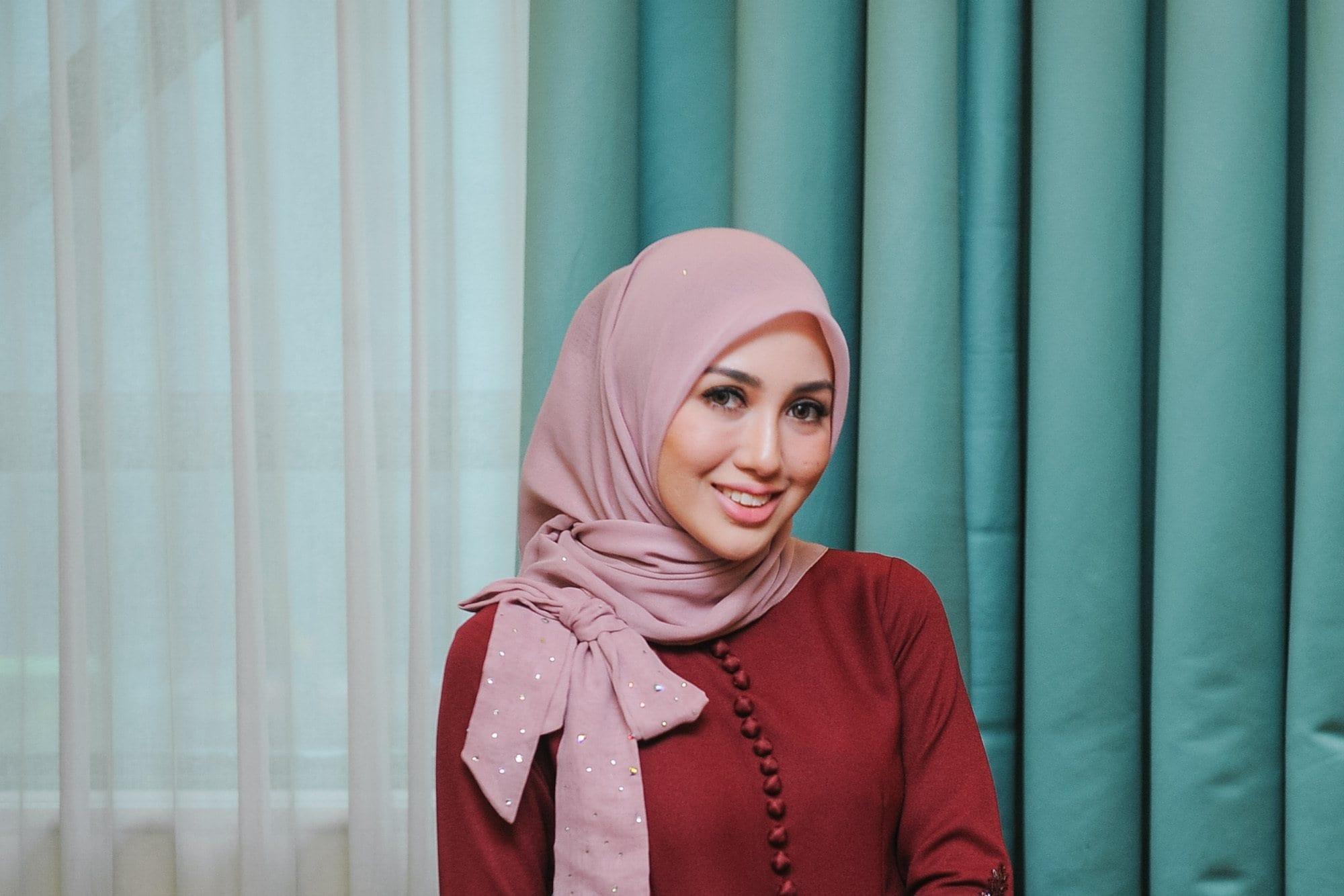 Wanita Asia memakai model hijab formal aksen pita