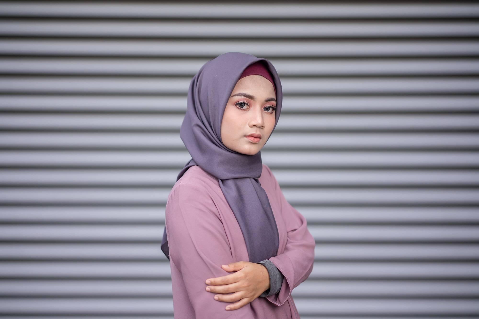 Wanita Asia memakai hijab segi empat formal berwarna ungu