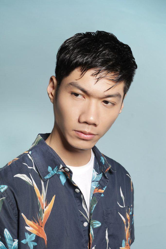 pria asia berambut hitam dengan gaya textured hair