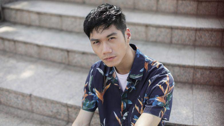 pria asia dengan gaya rambut textured hair