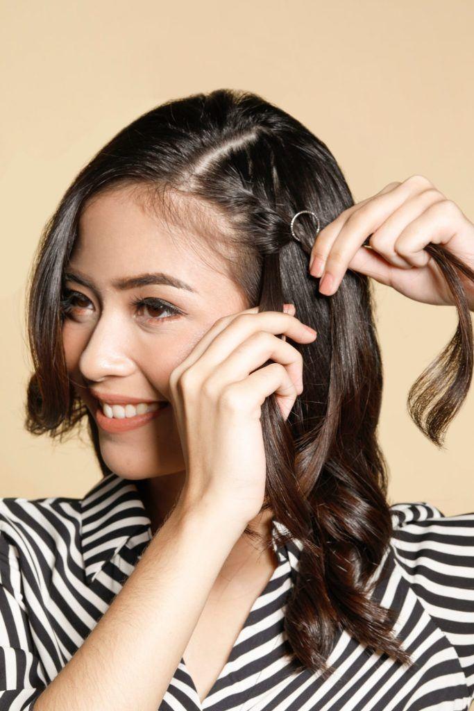 Wanita asia mengepang rambutnya