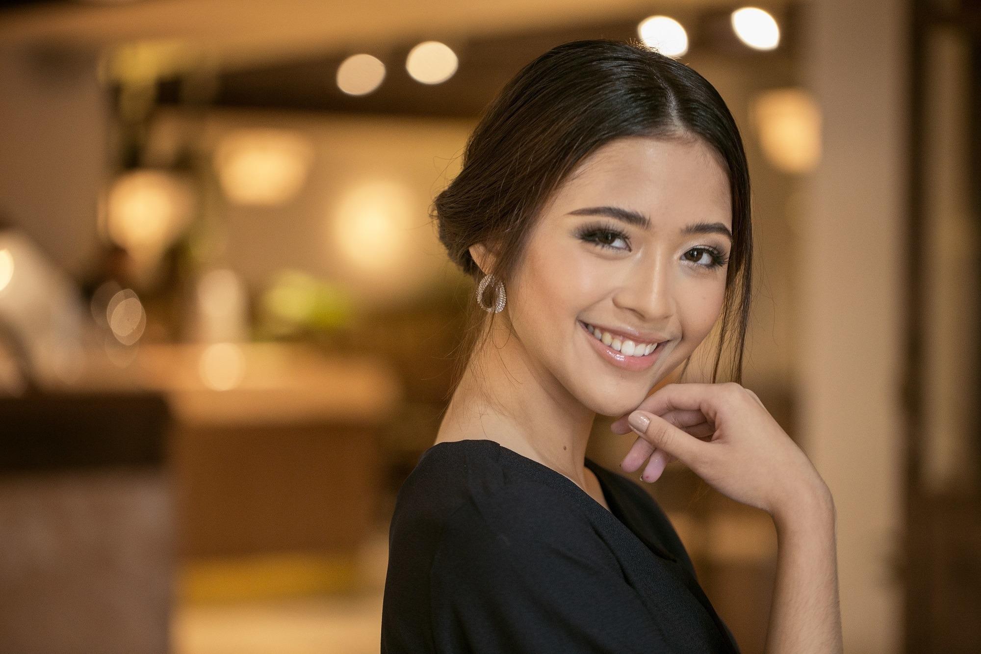wanita asia berambut hitam pendek dengan gaya rambut sanggul chignon