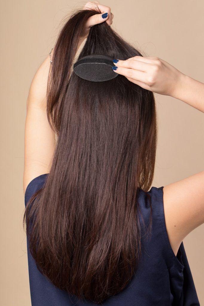 wanita asia berambut hitam sedang memasang hair bump untuk Vintage Ponytail Retro
