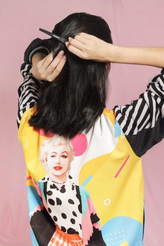 wanita asia berambut pendek sedang menjepit rambutwanita asia berambut pendek sedang menjepit rambut