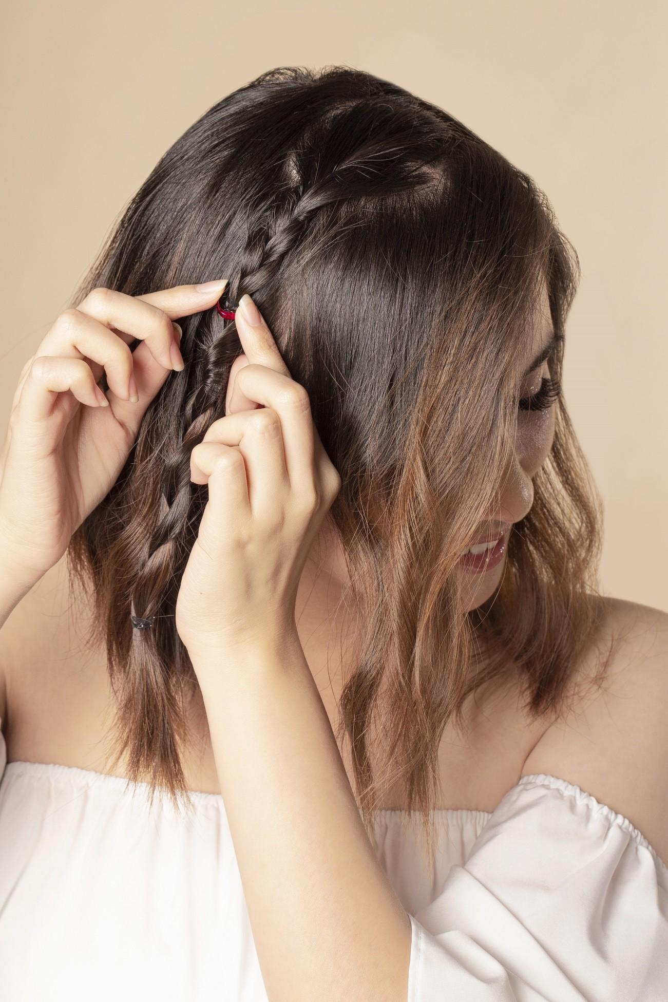 wanita asia dengan model rambut kepang french braid