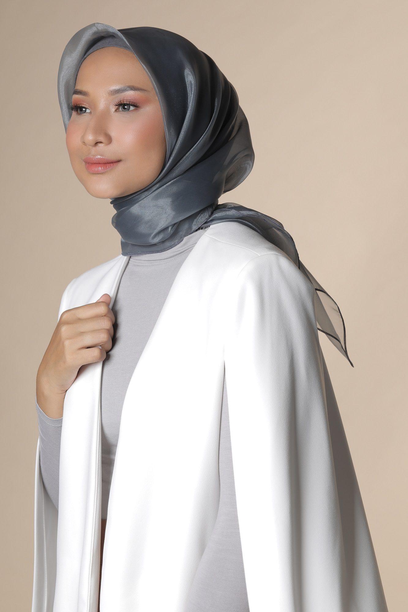 Wanita Asia memakai hijab abu-abu