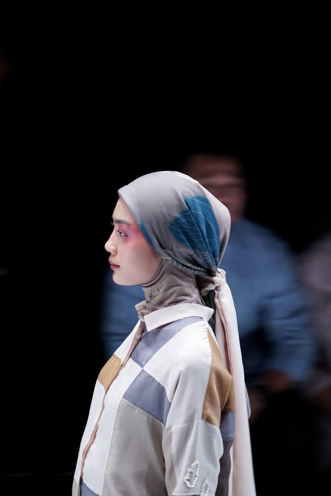 Gaya hijab segi empat ala bohemian